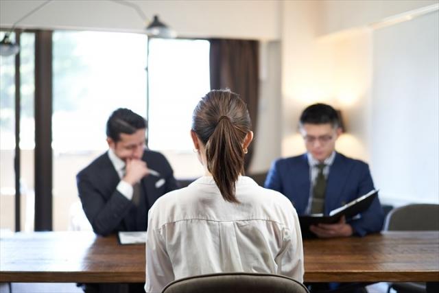 対面で座る面接官と応募者